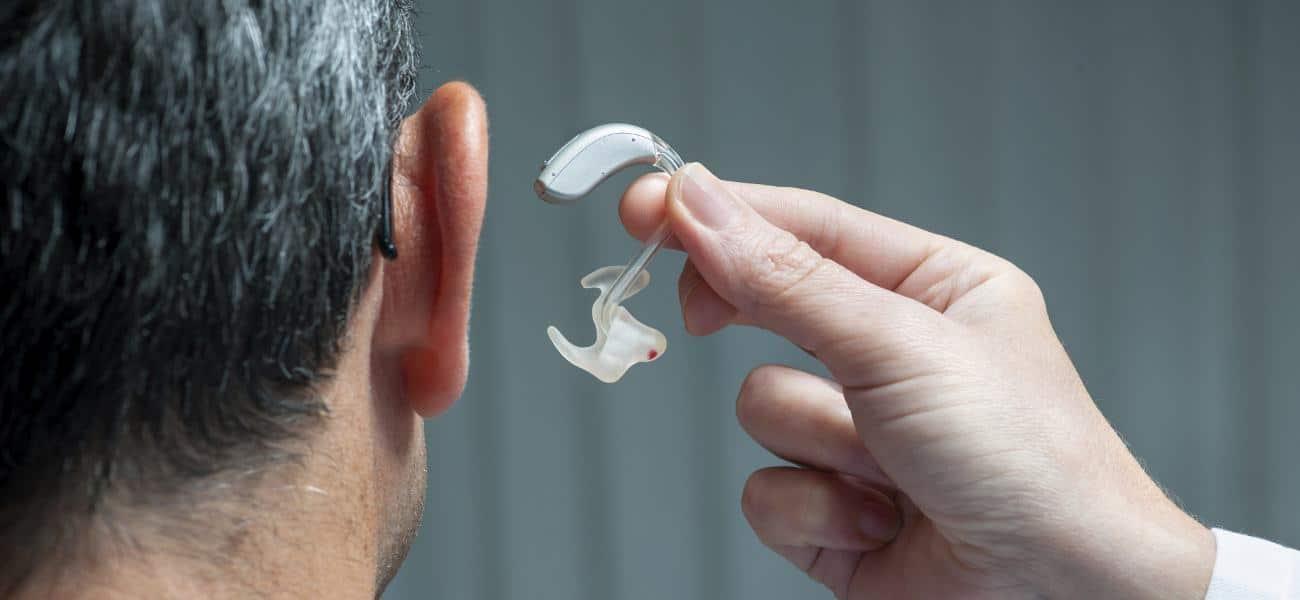 Placer la prothèse auditive pour mieux entendre