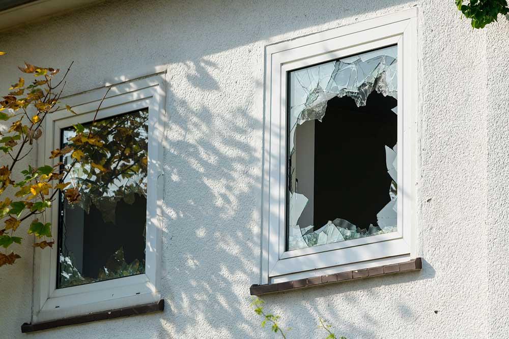 Une vitre de fenêtre brisée à remplacer