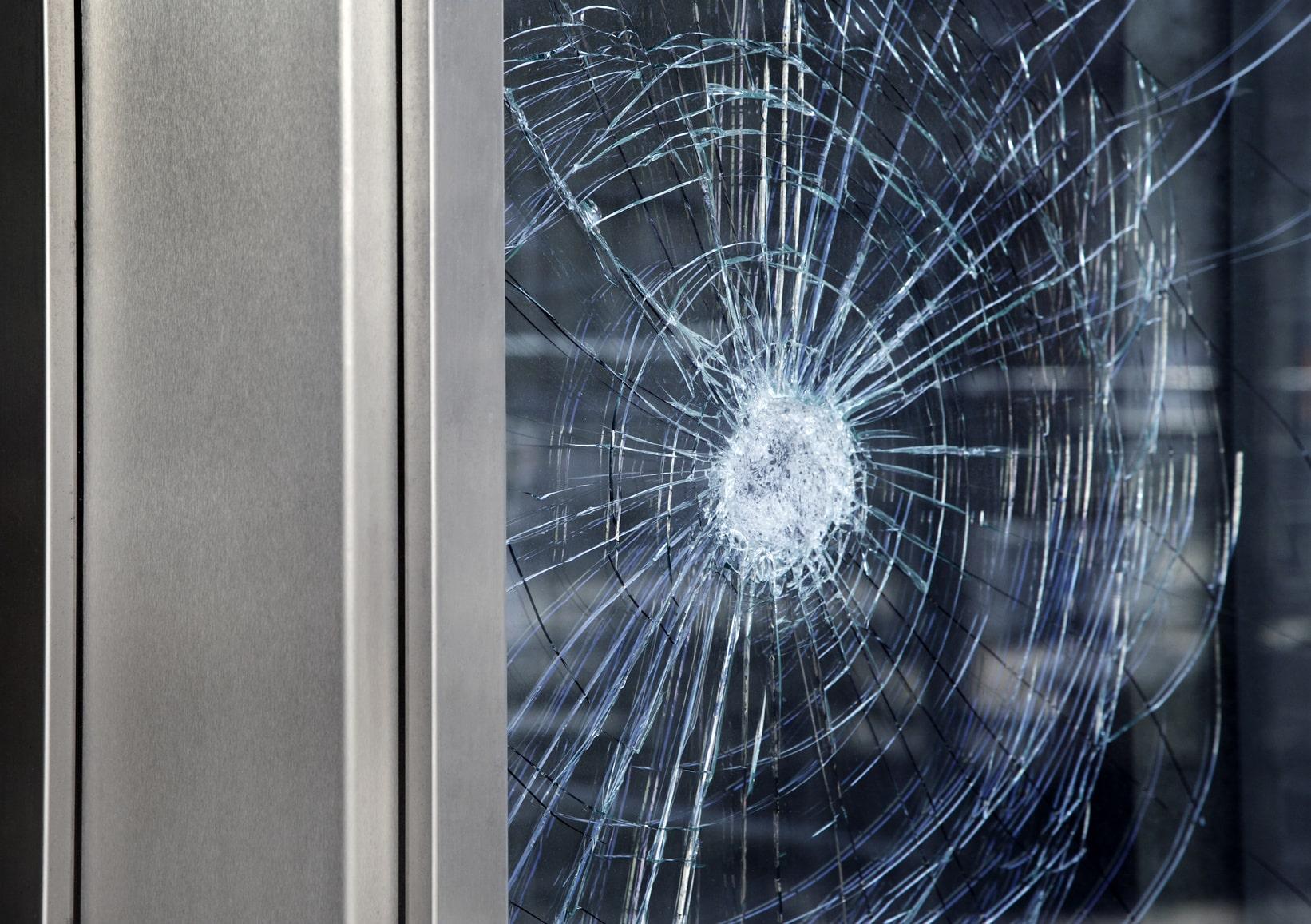 La vitre de fenêtre brisée d'uné residence