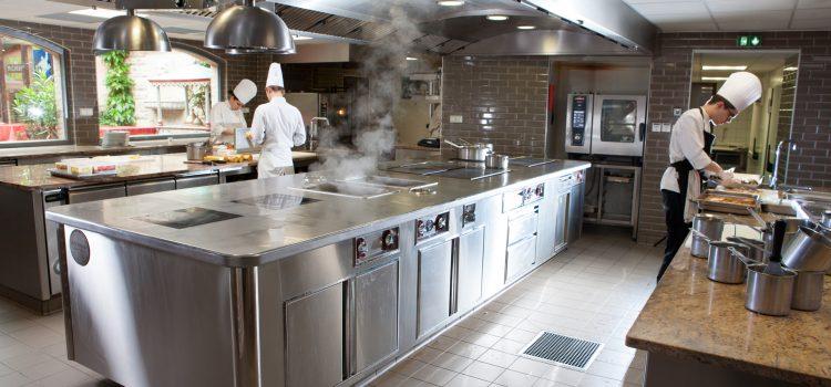 Tables réfrigérées pour pizzeria et saladettes : comment avoir tous vos ingrédients à portée de main et toujours à la bonne température ?