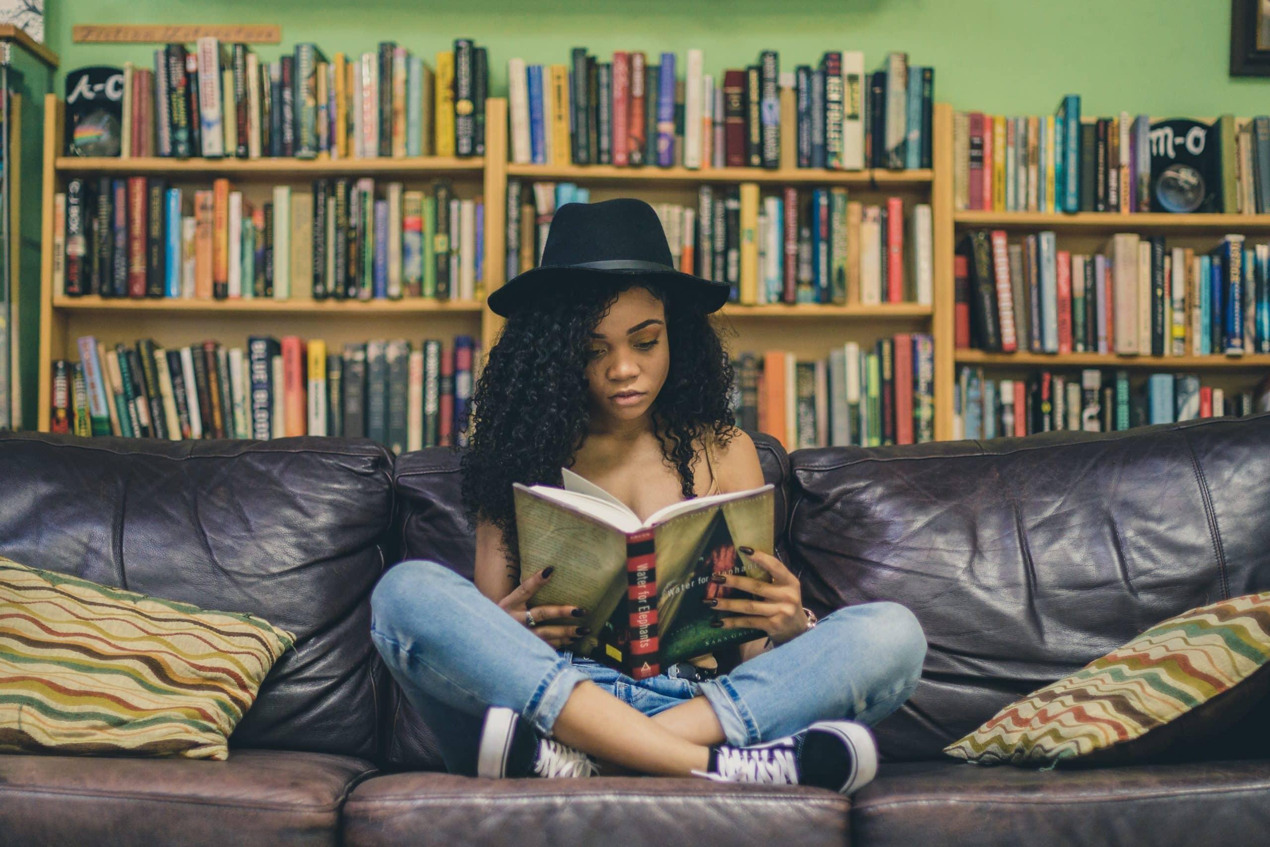 Une adolescente qui lit